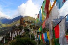Cinque colori delle bandiere di buddismo tibetano Fotografie Stock Libere da Diritti