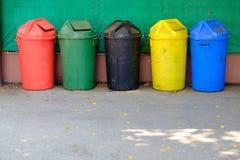 Cinque colori sporchi riciclano i recipienti o la pattumiera immondizia Immagine Stock