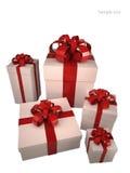 Cinque contenitori di regalo bianchi con il nastro rosso Fotografie Stock