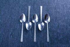 Cinque cucchiai d'argento con il modello Fotografie Stock Libere da Diritti