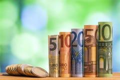 Cinque, dieci, venti, cinquanta e cento euro hanno rotolato il bankn delle fatture Fotografia Stock
