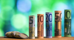 Cinque, dieci, venti, cinquanta e cento euro hanno rotolato il bankn delle fatture Fotografie Stock