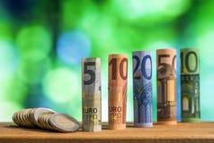 Cinque, dieci, venti, cinquanta e cento euro hanno rotolato il bankn delle fatture Fotografia Stock Libera da Diritti