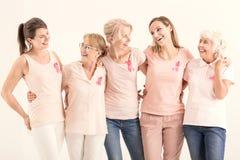 Cinque donne con i nastri del cancro fotografia stock