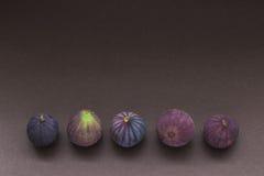 Cinque fichi freschi in una fila Fotografie Stock Libere da Diritti