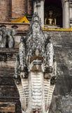 Cinque hanno diretto la statua del drago (Naga) di Wat Chedi Luan in Chiang Mai, Tailandia. Fotografia Stock