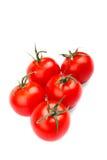 Cinque i pomodori rossi luminosi freschi, succosi, salutari, su un fondo bianco Immagini Stock
