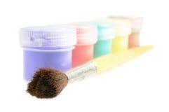 Cinque latte di vernice e della spazzola Fotografia Stock