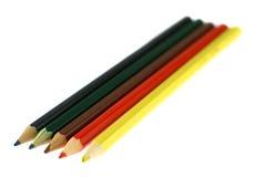 Cinque matite dei colori differenti isolati su bianco Immagini Stock Libere da Diritti