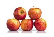 Cinque mele rosse isolate su fondo bianco Fotografia Stock