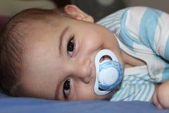 Cinque mesi del neonato che gioca nel passeggino Immagini Stock Libere da Diritti