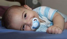 Cinque mesi del neonato che gioca nel passeggino Fotografie Stock