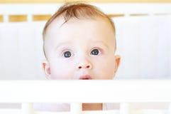 Cinque-mesi di bambino in letto bianco Fotografie Stock