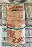Cinque mila rubli russe per il fondo dei dollari Fotografia Stock