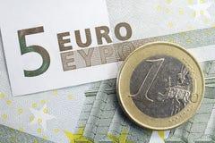 Cinque moneta della nota dell'euro una euro e Fotografia Stock