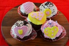 Cinque muffin di amore del biglietto di S. Valentino Fotografie Stock Libere da Diritti