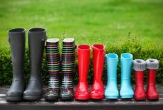 Cinque paia degli stivali di pioggia variopinti Immagini Stock