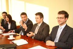 Cinque persone di affari ad un imbroglione Fotografie Stock Libere da Diritti