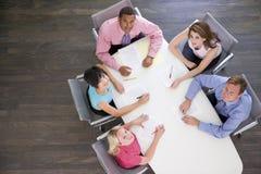 Cinque persone di affari alla tabella della sala del consiglio Fotografie Stock Libere da Diritti