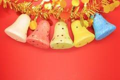 Cinque pezzi di campana della schiuma di stirolo su un fondo rosso Fotografia Stock Libera da Diritti