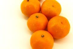Cinque pezzi di mandarini freschi, non trattati, su un fondo bianco fotografie stock