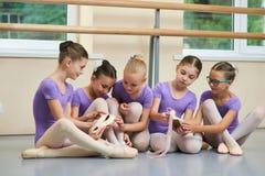 Cinque piccole ballerine che si siedono sul pavimento Immagine Stock Libera da Diritti