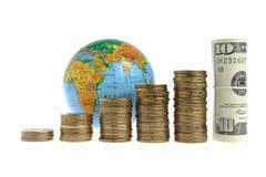 Cinque pile di monete con un globo e un pacco dei dollari Fotografia Stock