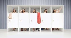 Cinque ragazze in spogliatoi fotografia stock