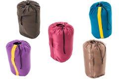 Cinque sacchi a pelo isolati su un fondo bianco Fotografie Stock