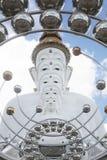 Cinque statue bianche di Buddha che si siedono allineamento buono davanti a cielo blu e che decorano specchio attraente meravigli Fotografia Stock