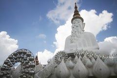 Cinque statue di Buddha che si siedono allineamento buono e decorate con lo specchio attraente fine dell'oro e dei gioielli Immagini Stock Libere da Diritti