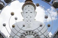 Cinque statue di Buddha che si siedono allineamento buono e decorate con lo specchio attraente fine dell'oro e dei gioielli Immagine Stock Libera da Diritti