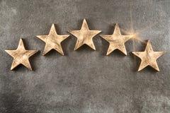 Cinque stelle su fondo scuro Fotografie Stock Libere da Diritti