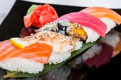 Cinque sushi sulla foglia di bambù Fotografia Stock Libera da Diritti