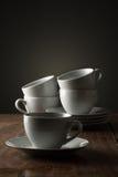 Cinque tazze ceramiche bianche normali di tè o del caffè Immagine Stock
