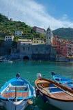 Cinque Terre,利古里亚, Cinque Terre,即Riomaggiore五个村庄的Italy.Crowded轮渡运载的游人, Manarola、Corniglia、Vernazza和Monterosso.Picture可以被用于表示局部运输、 免版税库存图片