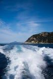 Cinque Terre,利古里亚, Cinque Terre,即Riomaggiore五个村庄的Italy.Crowded轮渡运载的游人, Manarola、Corniglia、Vernazza和Monterosso.Picture可以被用于表示局部运输、 免版税库存照片