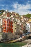Cinque Terre,利古里亚, Cinque Terre,即Riomaggiore五个村庄的Italy.Crowded轮渡运载的游人, Manarola、Corniglia、Vernazza和Monterosso.Picture可以被用于表示局部运输、 库存图片
