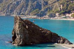 Cinque Terre -在Monterosso海滩的上升的岩石 图库摄影