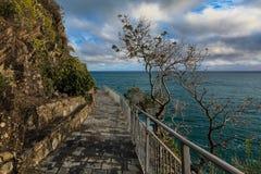 通过Cinque Terre小山谷amor  库存图片