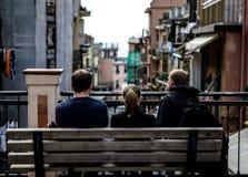 Cinque Terre, gente en banco Imagen de archivo