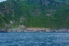 Cinque Terre, Itália - 28 de maio de 2018: A estrada de ferro é cortada certo através da montanha A estrada de ferro cênico é dir fotografia de stock royalty free