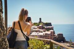 Cinque Terre, Italia - 15 agosto 2017: Ragazza che prende le foto con la h Fotografia Stock Libera da Diritti