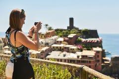 Cinque Terre, Italia - 15 agosto 2017: Ragazza che prende le foto con la h Fotografie Stock Libere da Diritti