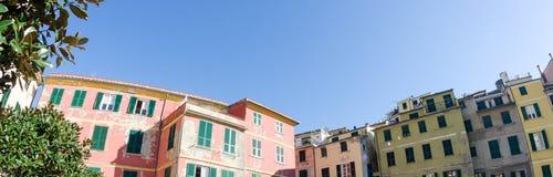CINQUE TERRE ITALIEN - APRIL 14: Turister tycker om härligt parkerar land Arkivfoto