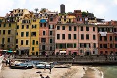Cinque Terre, Italien 12. Mai 2018 Bunte Gebäude von cinque terre, auf italienisch Toskana Zahlreiche Fischerboote nahe dem Rand  lizenzfreie stockbilder
