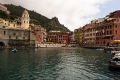 Cinque Terre, Italien Maj 12, 2018 Färgrika byggnader av cinqueterre, i italienare Tuscany Turist- stad på kusten royaltyfria foton