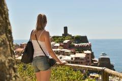 Cinque Terre Italien - 15th Augusti 2017: Flicka som håller ögonen på en härlig sikt royaltyfria bilder