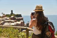 Cinque Terre Italien - 15th Augusti 2017: Flicka som tar foto med H Arkivbild