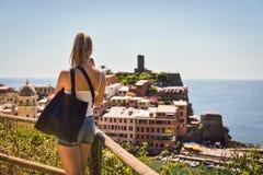 Cinque Terre Italien - 15th Augusti 2017: Flicka som tar foto med hennes mobil Royaltyfri Fotografi